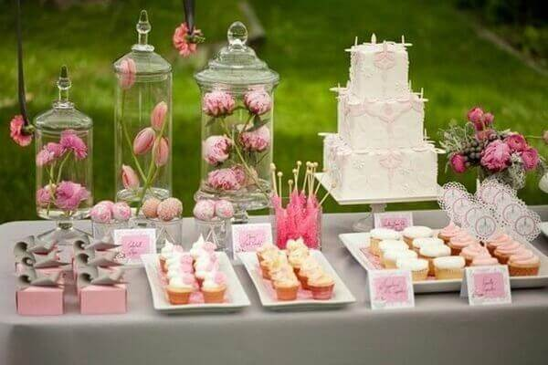 dessert-dstation-buffet-table-decoration-ideas-cupcakes